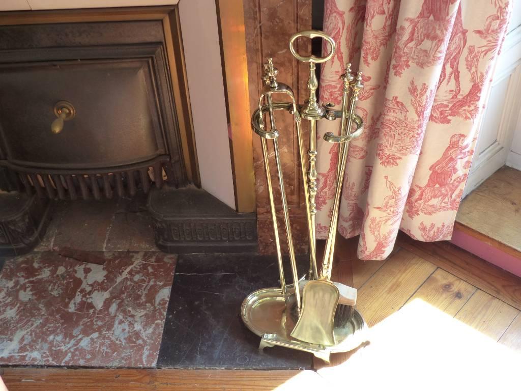 No - 454 - Ensemble de cheminée en laiton poli ,époque 19 ème  complet de ses accessoires | Puces Privées