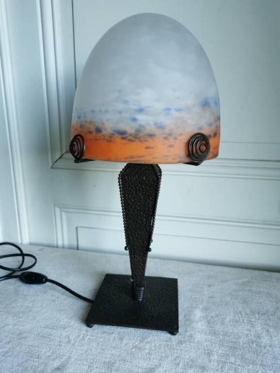 No - 460 - Lampe en fer forgé et pâte de verre colorée , non signé, XXème siècle | Puces Privées
