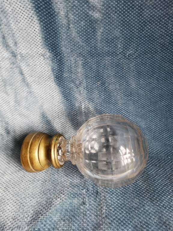 No - 464 - Boule d'escalier en cristal taillé sur une base en bronze .   Puces Privées