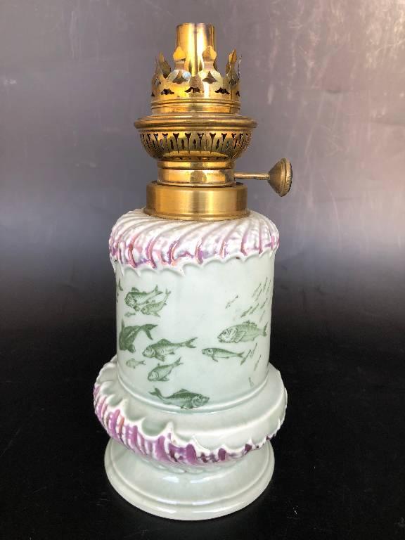 ANCIENNE LAMPE A PETROLE PORCELAINE BARBOTINE POISSONS   Puces Privées