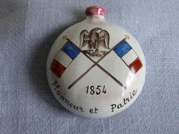 No -12 - Secouette en faience daté 1854 Victoria Régina | Puces Privées