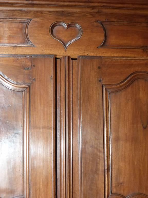 No - 81 - Petite armoire de mariage Louis XIV en noyer, époque 18 ème . | Puces Privées