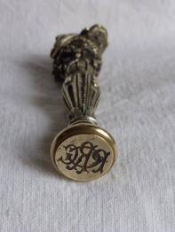 No - 369 -  Sceau / cachet en ivoire sculpté d'une main tenant un cachet hauteur 12 cm époque 19 ème | Puces Privées