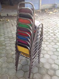 Chaise d'écolier originale en métal beige et bois clair, Chaises - tabourets, Sièges | Puces Privées