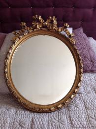Important miroir à pare close en laiton repoussé. | Puces Privées