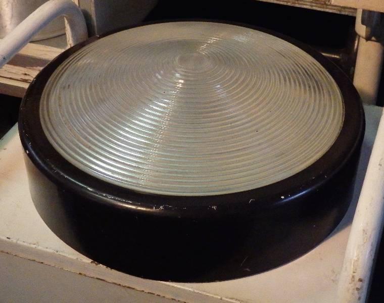 Plafonnier hublot ancien en verre et métal noir, Atelier, Luminaires | Puces Privées