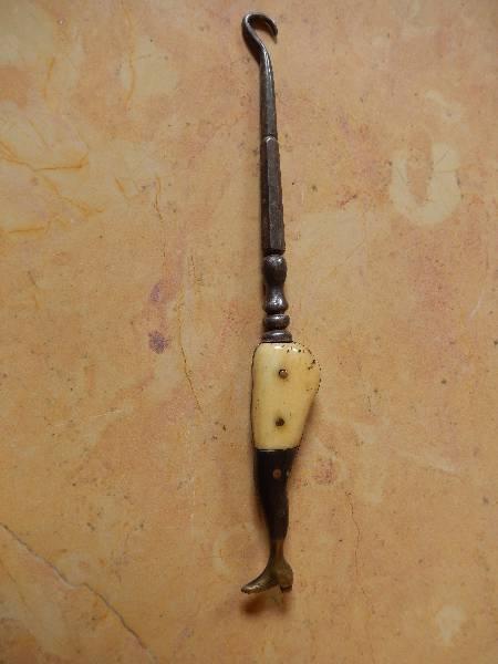 crochet à bottines en forme  de jambe, Art populaire, Collections   Puces Privées