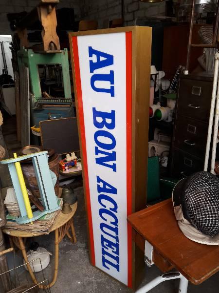 Ancienne enseigne lumineuse d'hotel AU BON ACCUEIL, Support métal, Publicité | Puces Privées