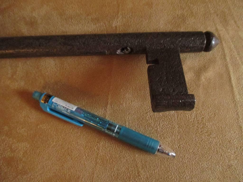 ancienne enseigne néogothique figurant grande clef à anneau trilobé XIX ème, Art populaire, Collections | Puces Privées