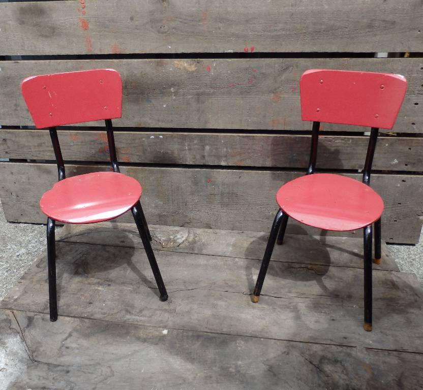 Chaise d'écolier rouge et noire 50s, Chaises - tabourets, Sièges | Puces Privées