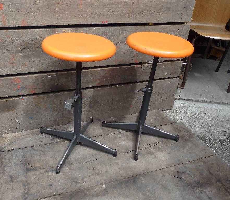 Tabouret orange et gris, Chaises - tabourets, Sièges | Puces Privées