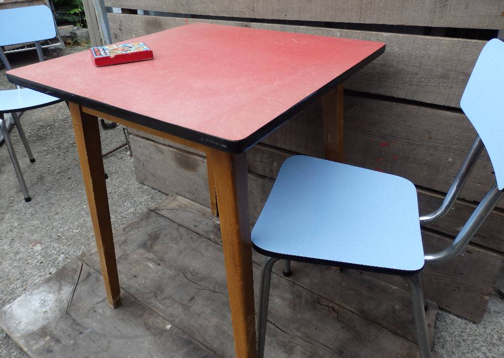 Table de bistrot en formica rose | Puces Privées