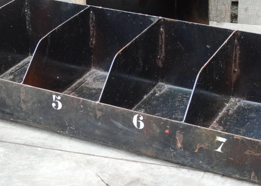 Casiers industriels 8 compartiments numérotés métal noir | Puces Privées