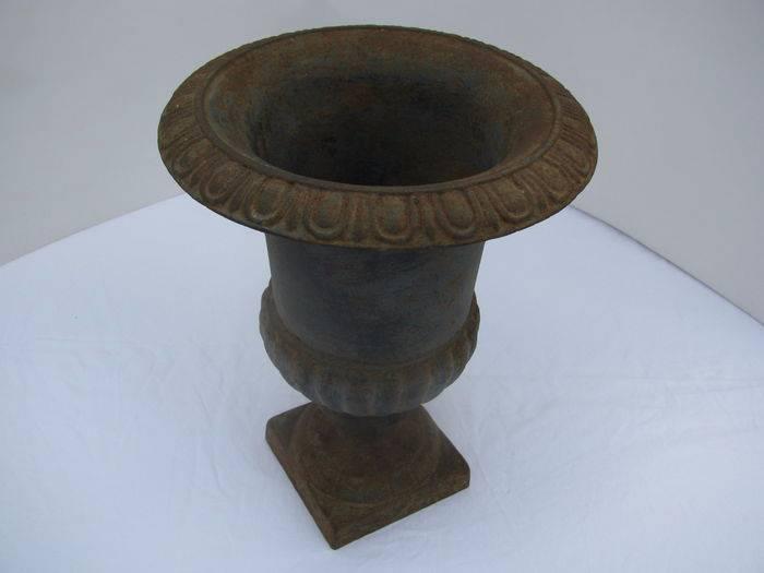 Joli vase '' Medicis'' en fonte vielle belle patine reste de vert  et rouille CA 1930 | Puces Privées