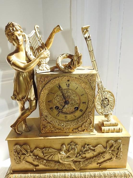 Pendule borne dorée à sujet Apollon et la lyre.Epoque Restauration   Puces Privées
