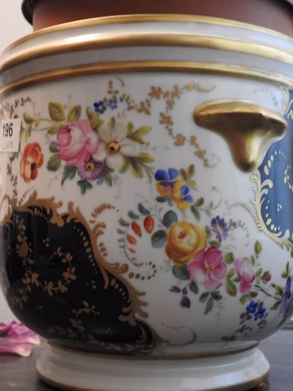 Cache pot en porcelaine : signature sous la base   Puces Privées