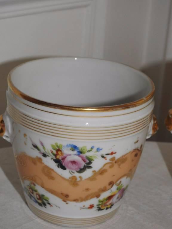Paire de cache-pots en porcelaine de Paris XIX eme.   Puces Privées