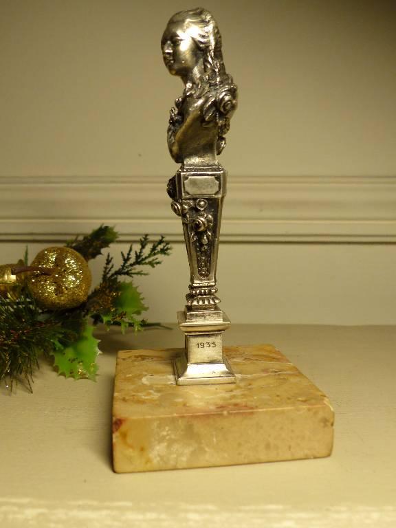 No - 260 - Exposition de la poupée , Lyon 1933, buste de femme en bronze argenté  .   Puces Privées