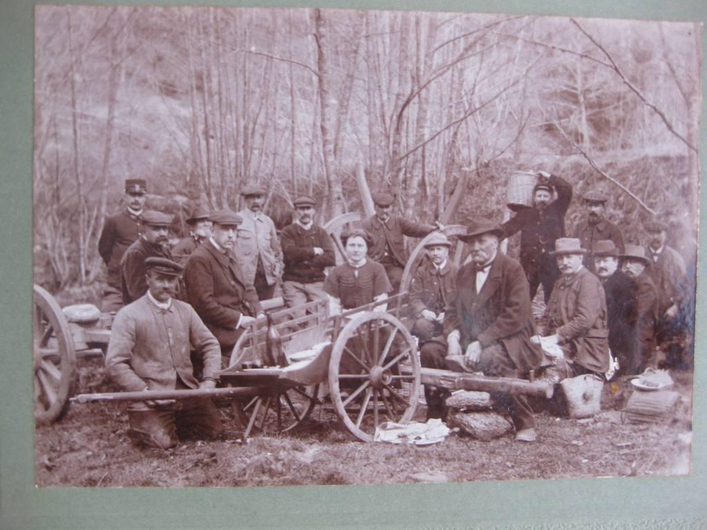 Photographie ancienne groupe d'hommes casse-croute dans les bois 16,3 x 11,6 cm   Puces Privées