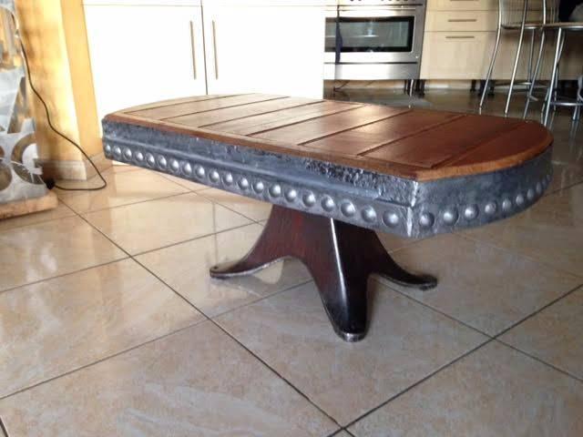 ART N° 177 Table basse plateau bois sur couronne de métal ornée de rivet Eiffel | Puces Privées
