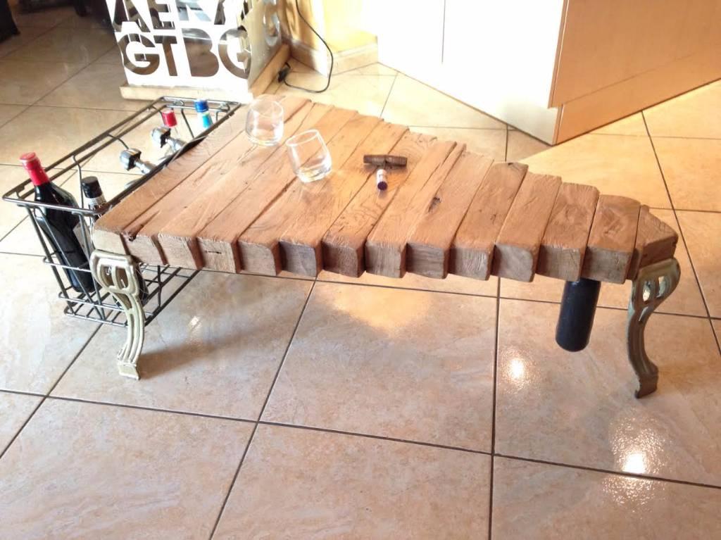 Art N° 176 Table basse plateau traverse chêne sur 3 pieds et robinet de baignoire | Puces Privées
